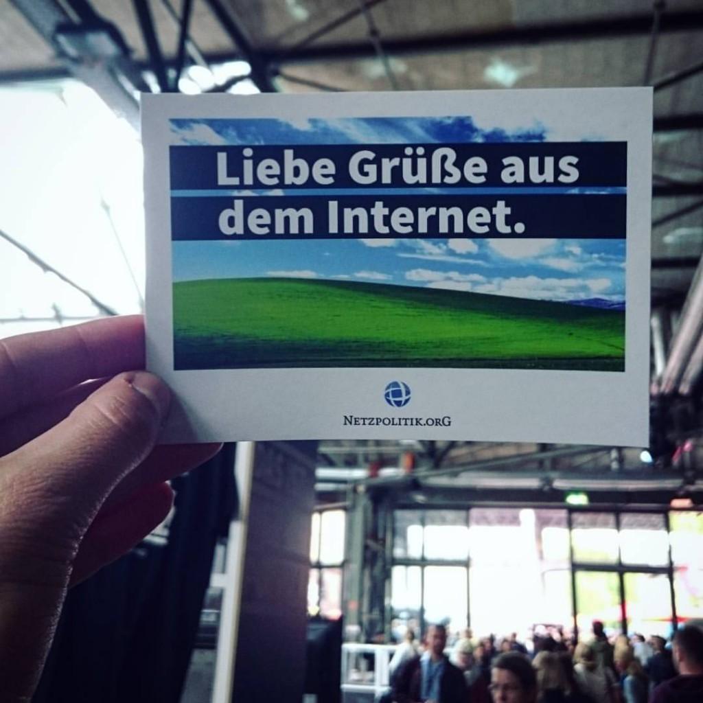 Liebe Grüße aus dem Internet Postkarte